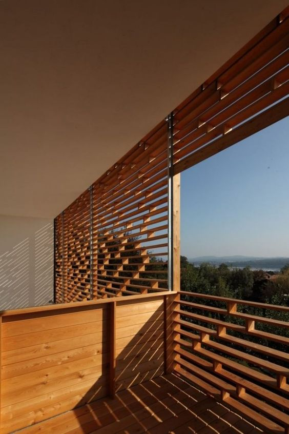locker angeordnete Holzlatten als Sichtschutz