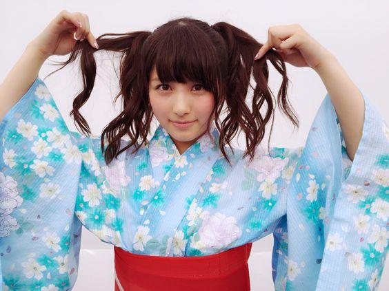 水色の浴衣を着ている大和田南那