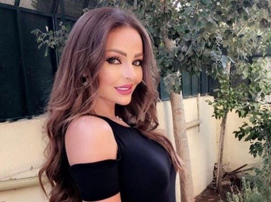 زين كرزون ت شعل الجدل حولها وتتلقى تعليقات قاسية بعد ظهورها بروب الاستحمام Hair Styles Beauty Long Hair Styles