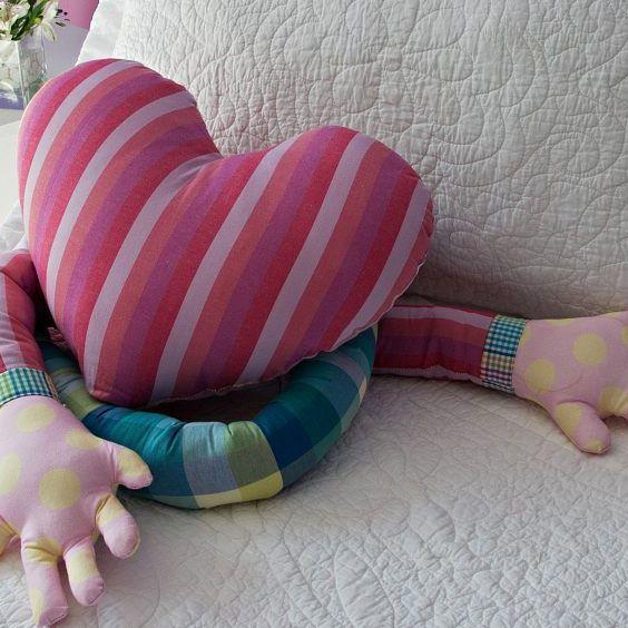 Almofada Abraço Carinhoso - com tecidos Coats Corrente! Veja o passo a passo no…