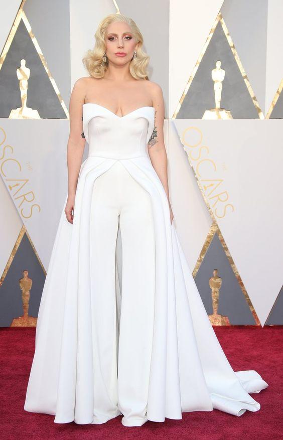 Pin for Later: 32 Robes Dignes du Plus Beau Jour de Votre Vie Qu'on a Repéré Sur le Tapis Rouge Pour la Mariée Avant-Gardiste Lady Gaga portant une robe signée Brandon Maxwell aux Oscars.