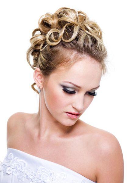 diese breiten Stil beginnt mit einer Grundfläche von großvolumigen locken. Das Haar dann oben auf der Rückseite richtet sich an eine aufgefächert-... #Haar #locken #Brautmoden