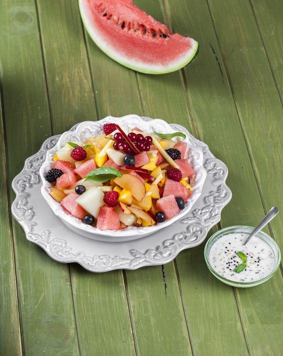 Salada de fruta com molho de iogurte TeleCulinária 1891 - 6 de Julho 2015 - Disponível em formato digital: www.magzter.com Visite-nos em www.teleculinaria.pt