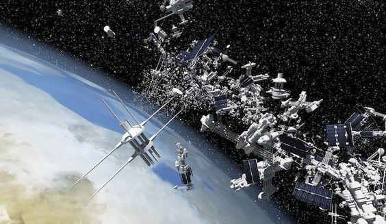 flotando en el espacio 3000 tn de chatarra espacial.  desde la década de los 60 los satélites se averían y golpean a otros satélites generando nueva basura espacial, tarde o temprano los satélites salen de órbita y caen a la tierra si no se queman en la atmósfera