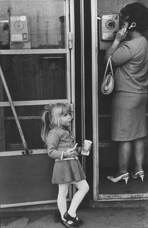 НИНА СВИРИДОВА И ДМИТРИЙ ВОЗДВИЖЕНСКИЙ У автомата. Москва. 1969: