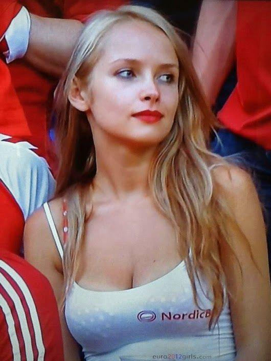 Blonde euro women plays on cam 5