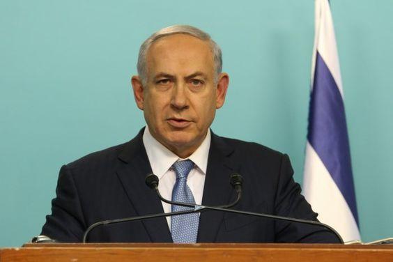 """Jerusalém (TPS) - O primeiro-ministro Benjamin Netanyahu cautelosamente saudou no domingo, 28/2, o cessar-fogo que começou na Síria no sábado (27/2), entre o governo sírio e uma série de grupos rebeldes. """"Nós saudamos os esforços para alcançar um cessar-fogo estável na Síria, que seja de longo prazo e substancial"""", Netanyahu disse após a reunião semanal…"""
