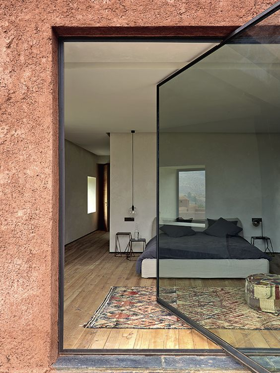 La maison citadelle  de Studio Ko Le duo d'architectes a construit sur les contreforts de l'Atlas, au Maroc, une incroyable maison des montagnes en équilibre entre tradition et modernité.
