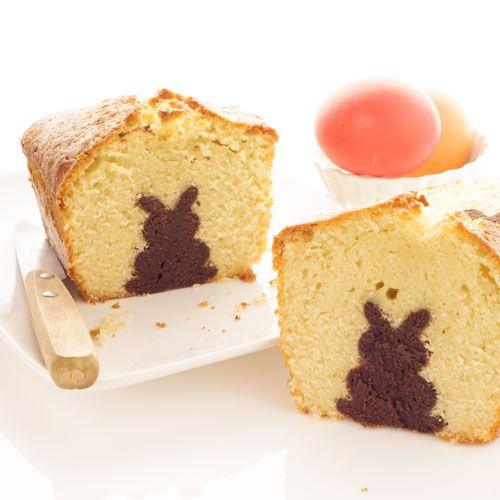 La recette du gâteau caché spécial Pâques : un banal cake à la vanille en apparence, qui révèle un petit lapin fondant au chocolat quand on le découpe !: