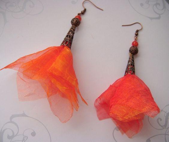 boucles d'oreilles, corolle orange foncé organza et cuivre, modèle exclusif des bijoux de Moé : Boucles d'oreille par les-bijoux-de-moe