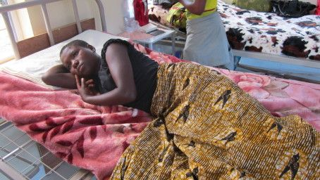 Jenta på bildet er 13 år gammel, voldtatt i en flyktningleir, og får behandling på Kyeshero hospital i Goma.  Det ligger flere store flyktningleirer i området rundt byen. Enslige jenter og kvinner er ekstra utsatte i leirene.   Mama Jeanne, mama Jeanette og hjelperne deres gjør en uvurderlig innsats ved å gå inn i leirene, oppsøke kvinnene og sørge for at de får hjelp!