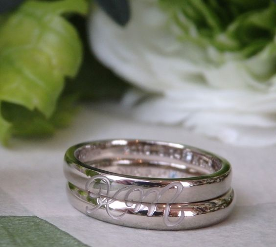 ホワイトゴールドのマリッジリング。   リングの表面は、二つのリングを重ねると お二人のイニシャルが表れるデザイン。 [結婚指輪,marriage,wedding,ring,bridal,gold]