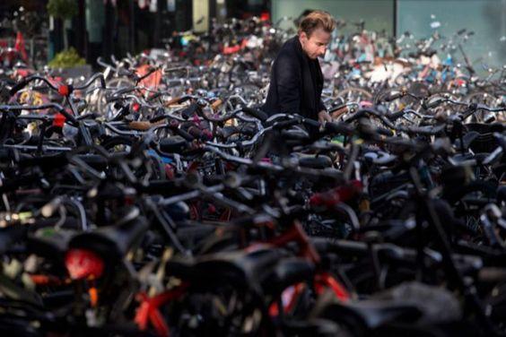 In Amsterdam ist das Parken des Velos eine Herausforderung: Veloparkhaus beim Hauptbahnhof.
