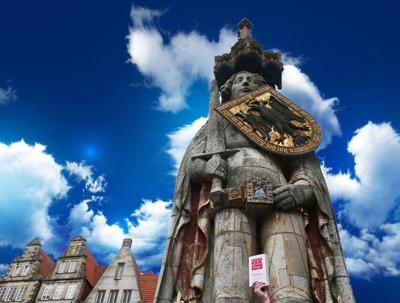 305 / Den Roland fotografieren - Der Bremer Roland, eine 1404 errichtete Rolandstatue auf dem Marktplatz vor dem Rathaus, ist ein Wahrzeichen Bremens. Seit 1973 steht der Roland unter Denkmalschutz und wurde 2004 gemeinsam mit dem Rathaus von der UNESCO zum Weltkulturerbe der Menschheit erklärt. Aufgrund des schlechten Wetters, haben wir der Aufnahme einen neuen Himmel spendiert.