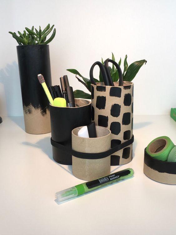 Versandrollen aus Pappe sind perfekte Boxen, Butler, Organizer und Köcher auf dem Schreibtisch für Stifte, Schere und Co. Und schnell selbstgemacht.