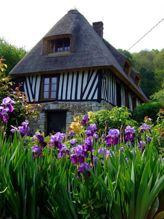 La chaumière normande, un patrimoine à sauvegarder   Dans l'Eure, il existe une route des Chaumières créée par le Parc naturel régional des Boucles de la Seine Normande