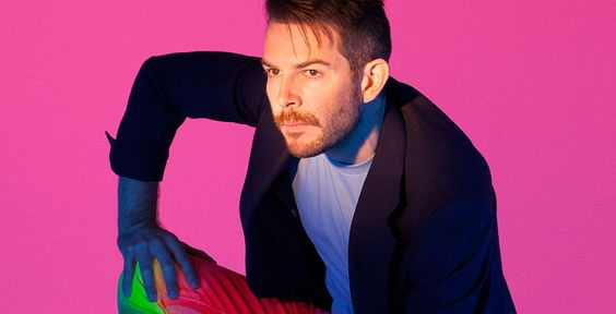 """Achtung, Ohrwurm! - Pointer zeigt dir das Video zur ersten Single """"All in the Name"""" des britischen Sängers Rod Thomas, bekannt als Bright Light Bright Light."""