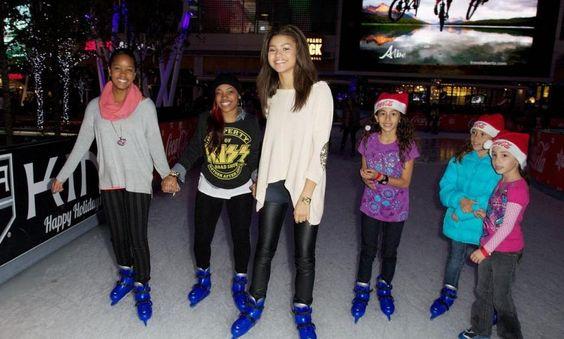 Zendaya with skai Jackson with omg girls | Look de Zendaya Coleman : Seule ou à plusieurs, Zendaya prend la pose