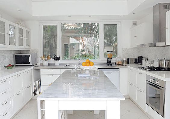 Con predominio de superficies blancas la cocina tiene for Azulejos antiguos para cocina