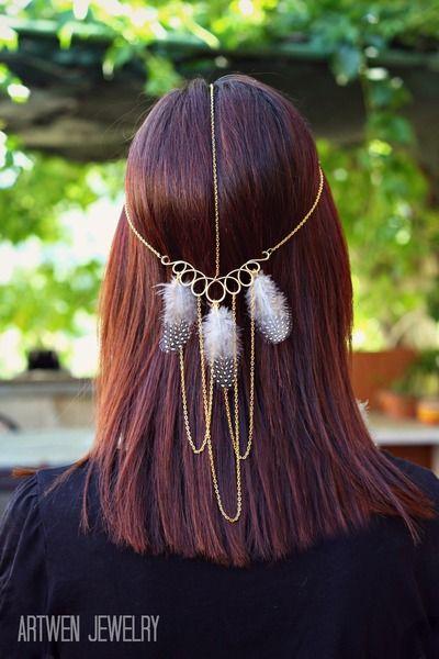 Cadena para el pelo realizada a mano con aluminio y plumas
