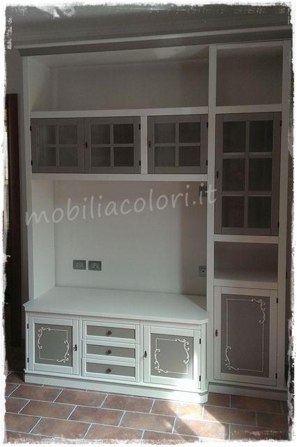 Arredamento #soggiorno con parete tv bicolore #decorata a mano by mobiliacolori.it