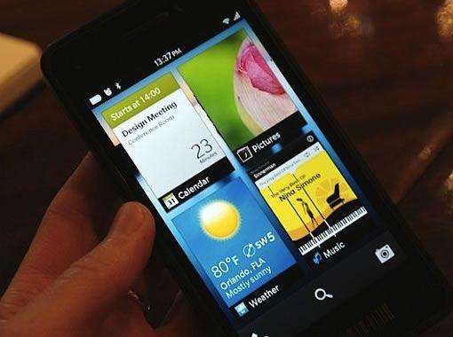 BlackBerry 10 : premières images de l'écran d'accueil  RIM a présenté les principales nouveautés de BlackBerry 10 lors du dernier BlackBerry World à Orlando. Lors des démos sur scène pendant la keynote principale, nous avions vu Thorsten Heins, PDG de RIM, exhiber un nouveau smartphone présentant un écran d'accueil au design inédit.