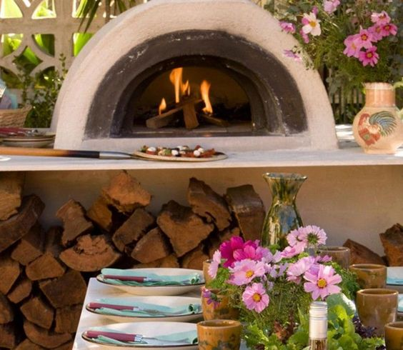 Pizzaofen mit Holz im Garten - moderne Gestaltungsidee