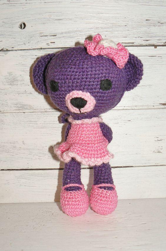 Kleines niedliches Bärmädchen *Becky*, wurde liebevoll von mir hergestellt.  Sie ist violett und trägt ein rosa Kleidchen und eine Blume am Ohr. *Becky* möchte, wenn Sie groß wird, eine Ballerina...