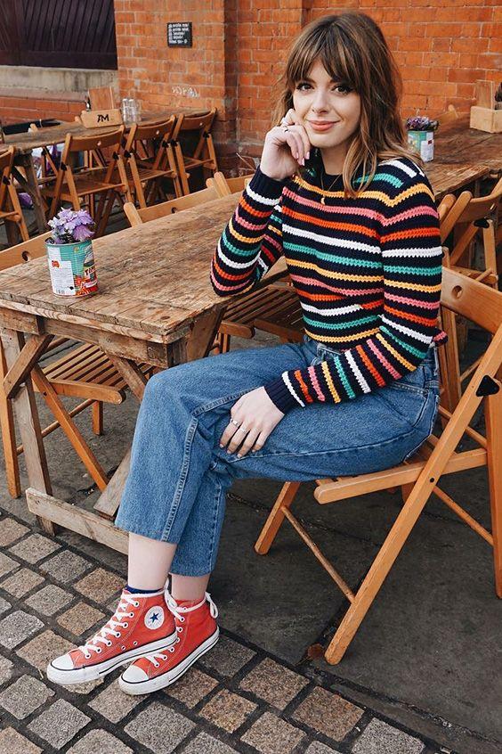 Look básico: como deixá-lo mais interessante. Blusa de manga listrada, calça jeans cropped, tênis all star vermelho