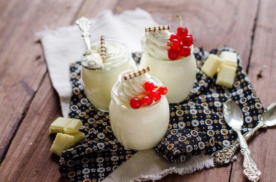 La mousse al cioccolato bianco è un dolce facile da realizzare: scoprite la ricetta di Agrodolce per un risultato perfetto ed elegante.