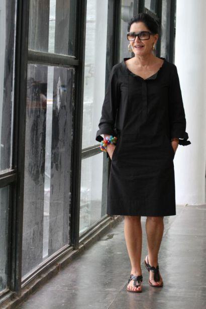 """Para esse penúltimo dia de desfiles do SPFW (01.02), Gloria Kalil escolheu um look todo preto. """"Hoje não está alucinantemente quente, então fiquei com vontade de usar um vestido pretinho�...:"""