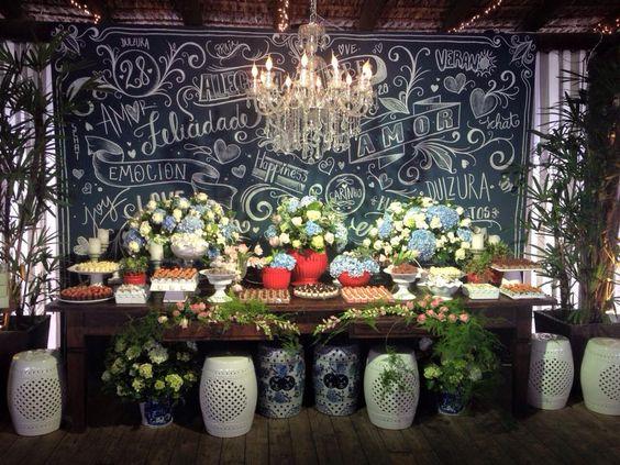 Mesa de Doces da incrível decoradora Thai Pasin #atteliededoces #docesfinos #carolinadarosci #casamento #decoracao #mesaposta #sobremesa #docinhos #evento #flores #arranjos #docesgourmets #mesadedoces #giz #quadronegro #chalkboard #thaipasin