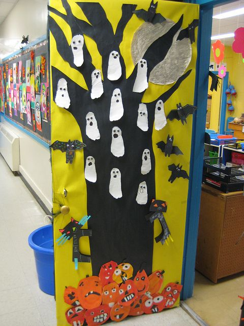 Pumpkins class door and trees on pinterest for Idee decoration porte halloween