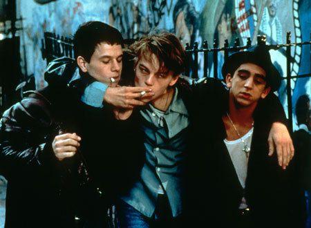肩を組んで仲良さそうにタバコを吸う画像