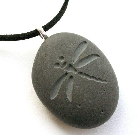 Grabado de libélula - pequeña PebbleGlyph(c) colgante - collar de piedra