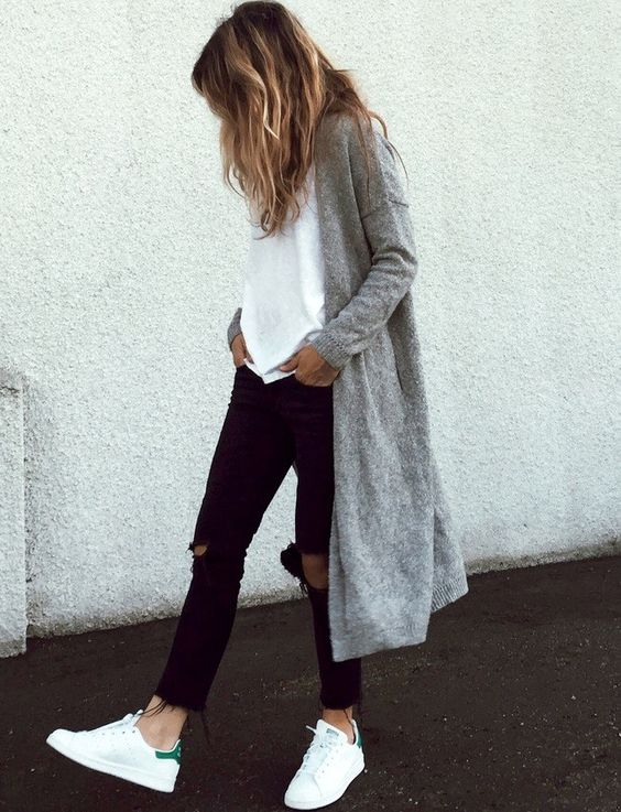 Street look jean noir top blanc, Stan Smith & gilet long gris: