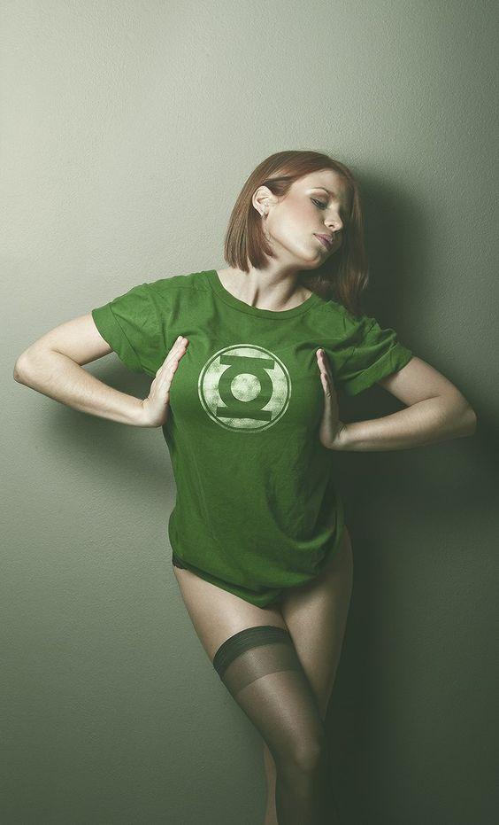 Обои девушки в футболках супергероев