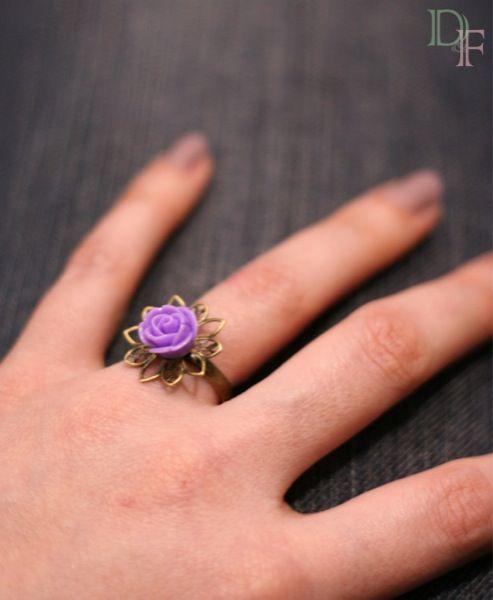 Bague fleur mini rose. Little rose flower ring. http://divine-et-feminine.com/fr/bagues/68-bague-mini-rose.html