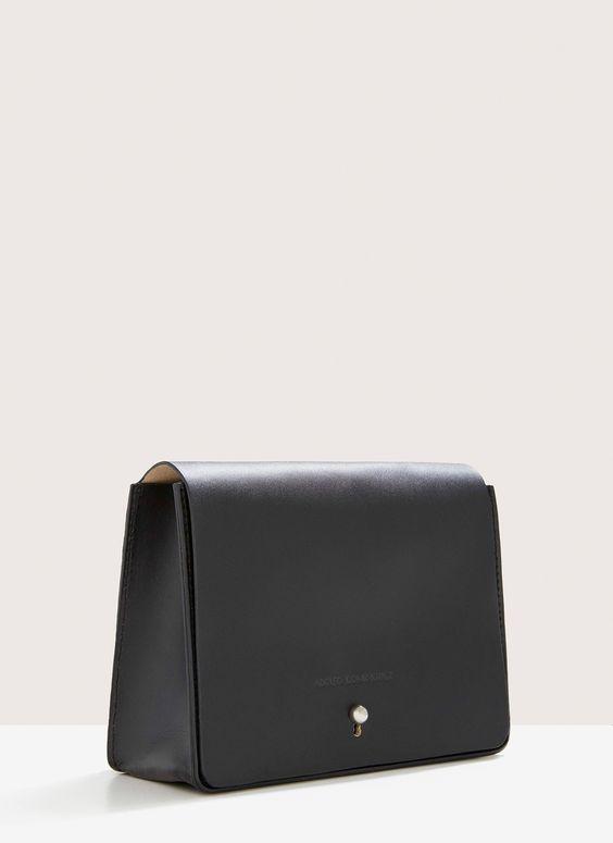 Bolso bandolera de líneas rectas confeccionado en piel bovina color nude con interior mostaza en contraste. Tiene un bolsillo interior con corchete, cierra con solapa e imán, y presenta un asa larga ajustable. Por la cara interior del bolso, lleva un bolsillo grande con cremallera.