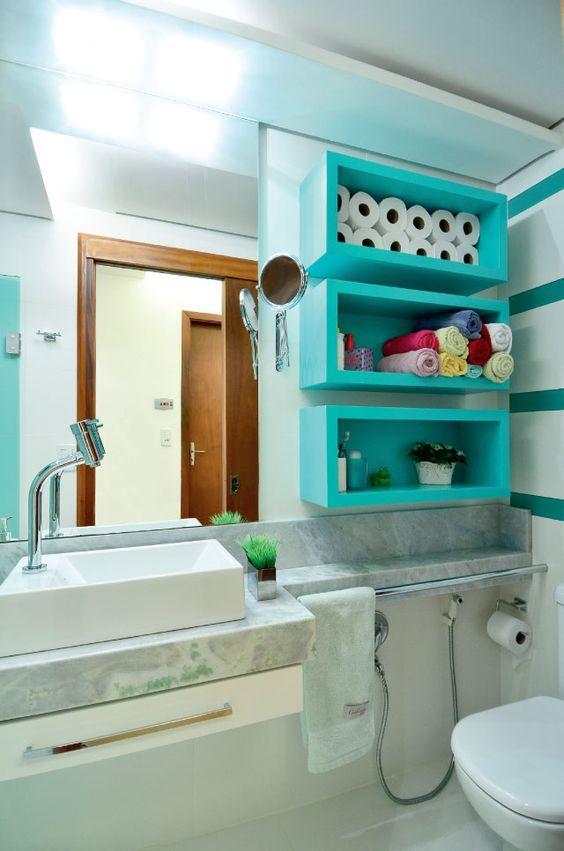 Banheiro organizado e prático: o charme é, sem dúvida, o local utilizado para guardar os produtos de higiene, montados com laca acetinada verde-água.: