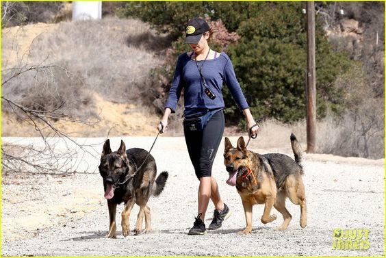 Nikki Reed adora cuidar da saúde, disso a gente sabe. A atriz sempre é clicada indo/deixando a academia e sempre que pode fazer exercícios ao ar livre. Nikki foi fotografada, por exemplo, na quinta-feira (20), passeando com seus cães em Los Angeles. Confiram as fotos: