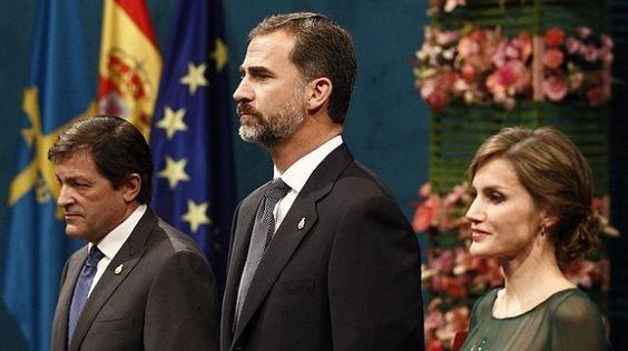 """Reciben a la familia real española con gritos de """"los Borbones a la guillotina"""""""