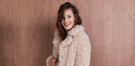 Een heerlijke warme fluffy jas voor de winter, wie wil dat nou niet! Koop snel je winterjas online mét korting op Aldoor.nl #korting #uitverkoop #sale #damesmode #dameswinterjassen #winterjassen