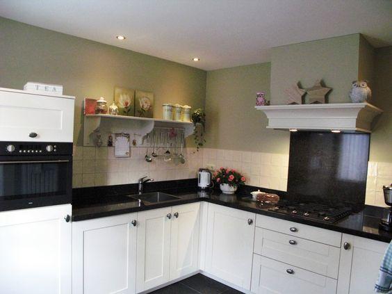 Mooie klassieke keuken in magnolia kleur. voorzien van een ...