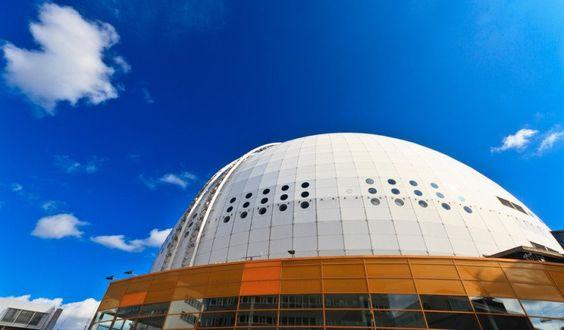 Ericsson Globe (Suecia) El Ericsson Globe Arena en Estocolmo es el edificio más grande Directivos hemisférico del Mundo, e hicieron Falta Más De 2 años de intensas obras para terminarlo. Tiene forma de pelota de golf gigante, El Estadio Tiene Un Diámetro de 110 metros y Una altura de 85 metros. Su aforo es de Poco Más de 16.000 Personas sentadas Conciertos para Y Espectaculos, y Un Poco Menos de 14.000 para el hockey sobre hielo.