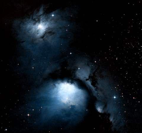 Direita - a luminosa nebulosa de reflecção M78. esta nebulosa foi descoberta por Pierre Méchain em 1780. É uma típica nebulosa de reflecção - o gás da nebulosa não emite luz, em vez disso, meramente reflete a luz de uma estrela próxima da nebulosa. M78 é apenas a nabulosa mais brilhante nesta imagem, acima está NGC 2071, e na região a direita de M78 estão NGC 2064 e NGC 2067.