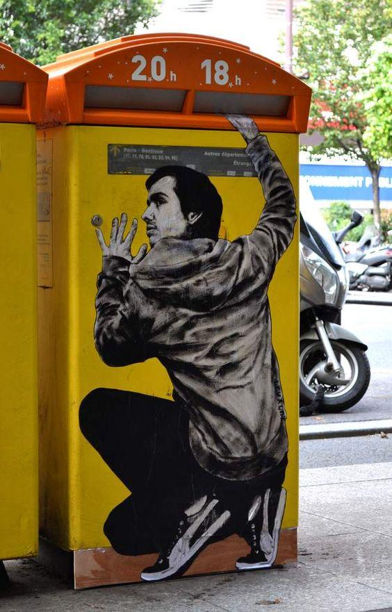 """""""Repentir"""" oeuvre encre de chine sur kraft sur boîte à lettres de Levalet, professeur d'arts plastiques. Il choisit les murs de Paris comme toiles de fond à ses œuvres, dans le 5e, 11e, 13e ou 20e. Autre vue : http://img.over-blog-kiwi.com/0/03/47/67/201310/ob_58d86a5883d8a53c8e50664a6bf004e0_repentir-5.JPG"""