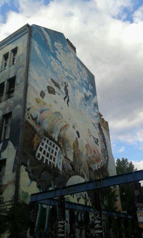 Edifici tristi con un tocco di colore