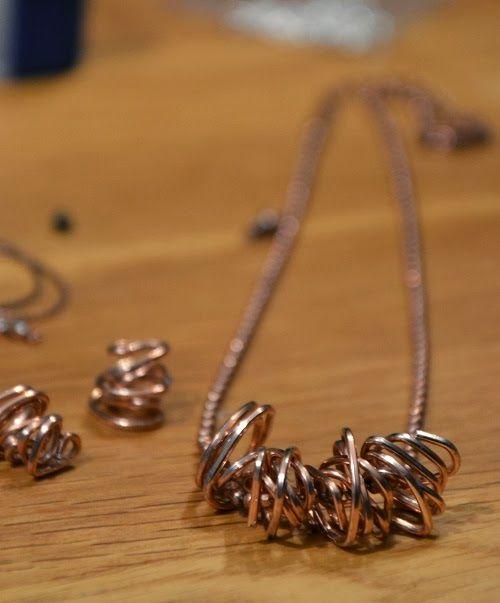 Halsband av gem  http://www.rungeform.se/2013/11/julklappar-och-halsband-av-gem.html