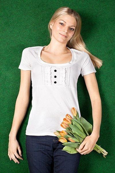 Gemütliches und angenehmes Shirt von *Bergluft*.  Gefertigt aus feinem weißen Jersey. Zierelemente im Vorderteil peppen das Shirt zusätzlich auf.    A